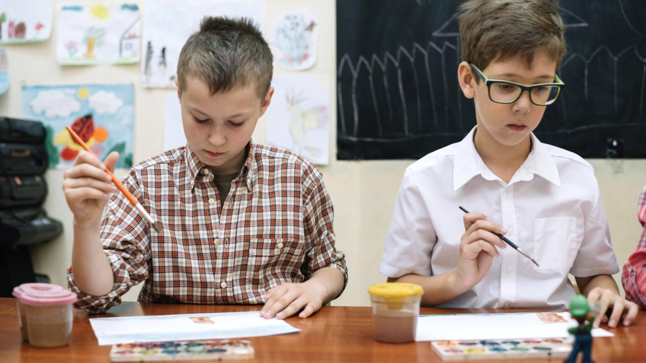 schoolboys-drawing-in-classroom